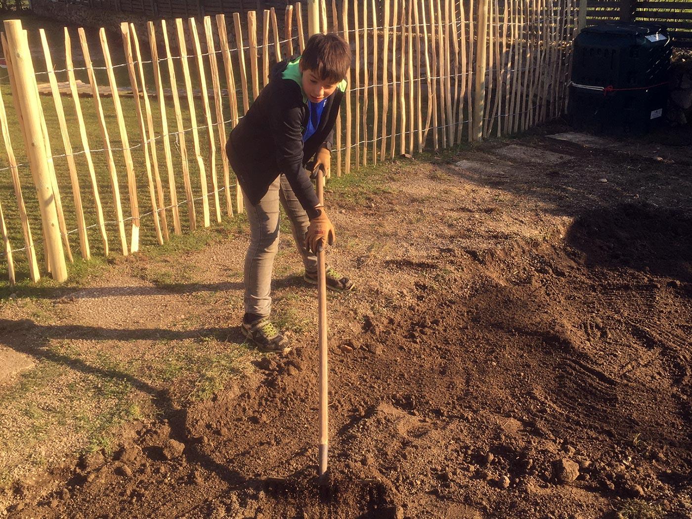 Beete anlegen: die Erde lockern | Chiemsee Wg